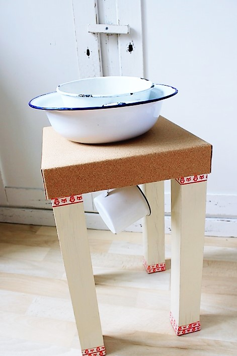 upcycling diy alten hocker mit kork versch nern. Black Bedroom Furniture Sets. Home Design Ideas